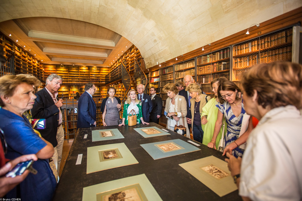 Guests enjoy a private viewing of Old Master drawings