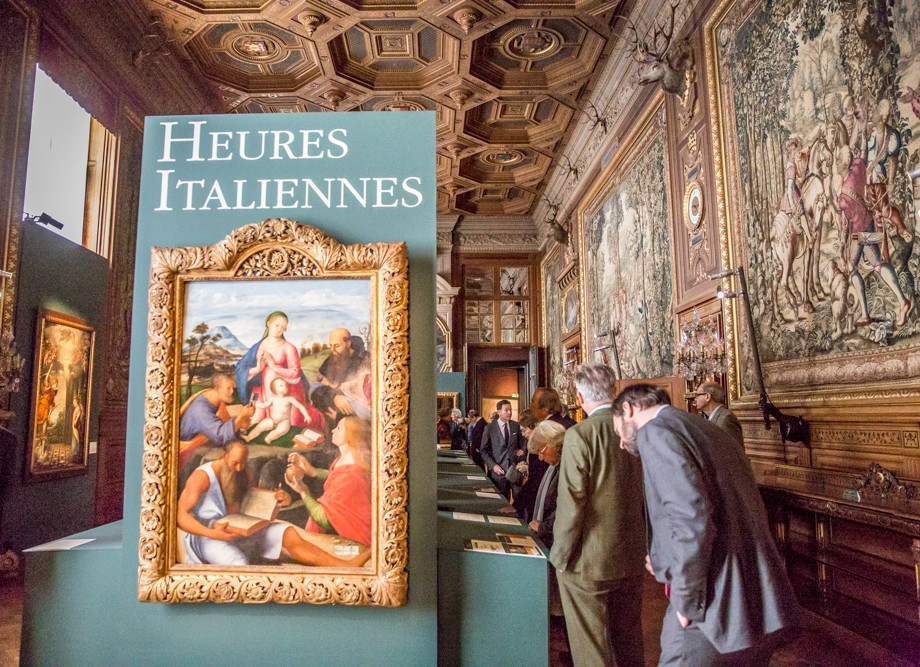 "Guests enter the ""Heures Italiennes"" exhibition"